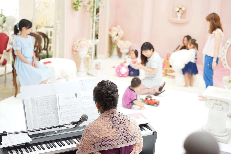 写真館でピアノコンサート
