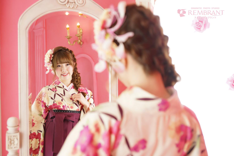 可愛いピンクの部屋で卒業式撮影