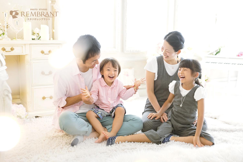 楽しい自然な家族写真
